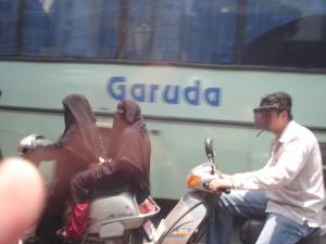 Foto rara - mulher muçulmana dirigindo moto.