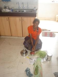 Shanti cozinhando no chão da cozinha