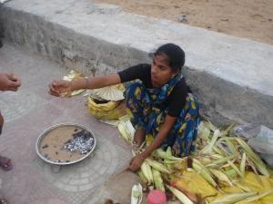 Vendedora de milho na praia - milho cozido no carvão na hora